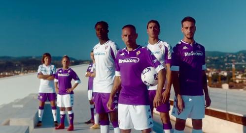 La Fiorentina presenta le nuove maglie per la stagione 2020/2021